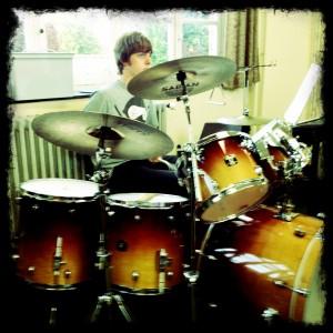 Mathijs achter zijn nieuwe drum